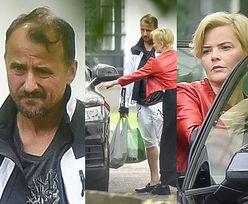 Monika Richardson i Konrad Wojterkowski pakują graty pod klitką na Żoliborzu (ZDJĘCIA)