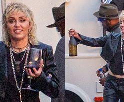 Uśmiechnięta Miley Cyrus wyprowadza na spacer kieliszek czerwonego wina (ZDJĘCIA)