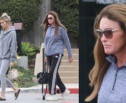 Skwaszona Caitlyn Jenner w dresie przemyka z kochanką do ulubionej restauracji celebrytów (ZDJĘCIA)