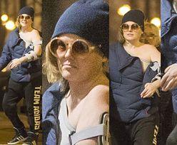 Isabel w standardowej stylizacji przemierza nocą mokotowskie ulice (ZDJĘCIA)