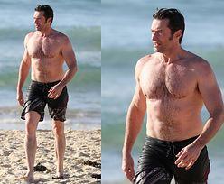 Umięśniony Hugh Jackman kąpie się w oceanie (ZDJĘCIA)
