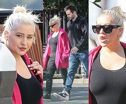 Dresiarska Christina Aguilera włóczy się z konkubentem po Kalifornii, prezentując światu język i brak stanika (ZDJĘCIA)