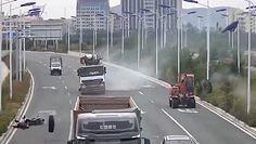 Opona przewróciła kierowcę skutera. Nagranie z Chin