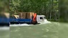 Rosja. Ciężarówką po rzece. Niezwykłe nagranie