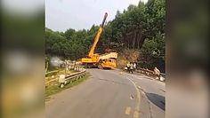 Rozpędzona ciężarówka wjechała w dźwig. Nagranie z groźnie wyglądającego wypadku