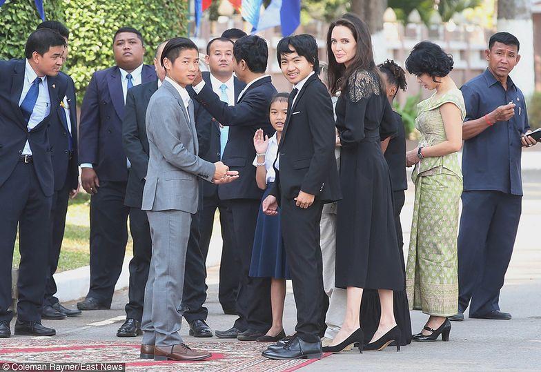 Angelina z dziećmi w Kambodży