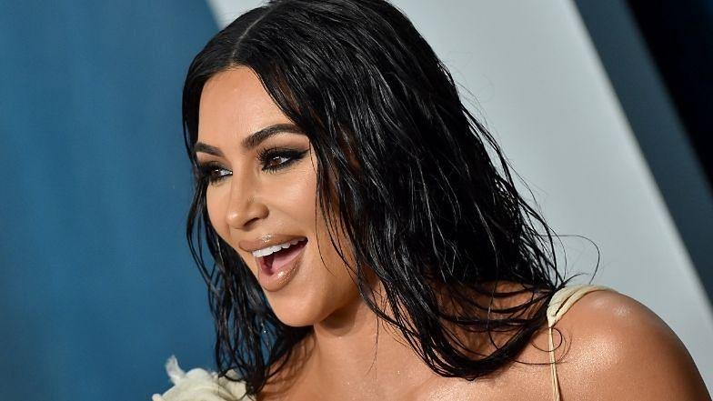 Tenisistka Kim Kardashian z dumą prezentuje krągłości, pozując na korcie W BIKINI (FOTO)