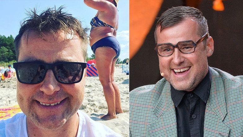 """Komik z kabaretu Paranienormalni """"NABIJA SIĘ"""" z kobiety na plaży, pozując na jej tle? """"Piękne widoki, aż żal wyjeżdżać"""""""