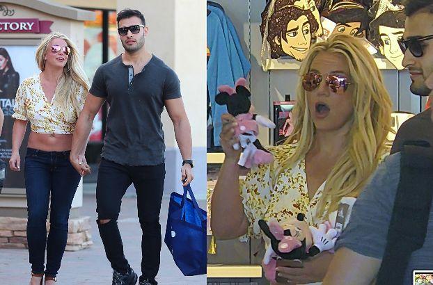 Roześmiana Britney Spears buszuje po sklepie z zabawkami w towarzystwie chłopaka (FOTO)