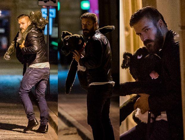 Stramowski spaceruje po Warszawie z pluszowym psem... (ZDJĘCIA)