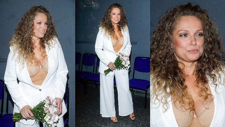 Wyzwolona Joanna Liszowska w białym garniturze eksponuje cielisty stanik. Udana stylizacja? (ZDJĘCIA)