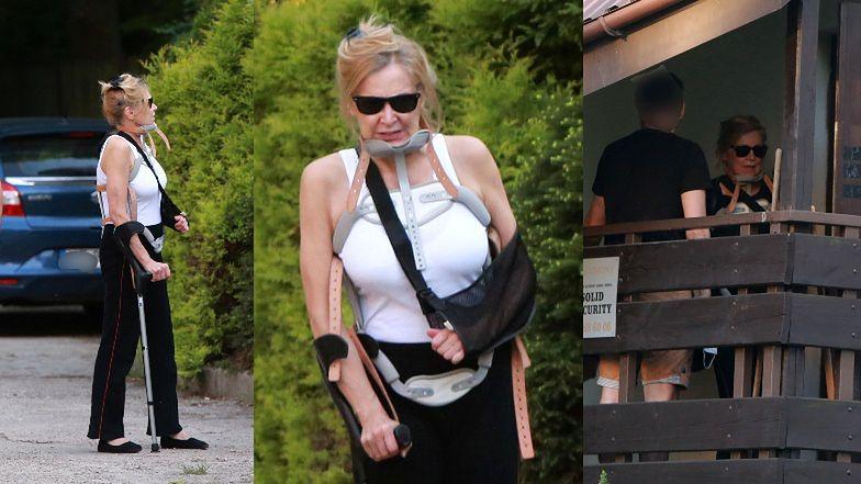 Sylwia Wysocka usiłuje dostać się do domu w asyście policji ...