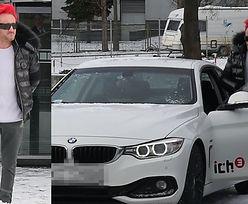 Zadowolony Wiśniewski wsiada do nowego BMW