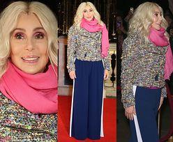 Wystylizowana Cher pozuje na tle fontanny