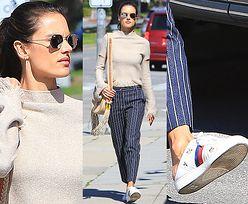 Alessandra Ambrosio w przydeptanych butach Gucci