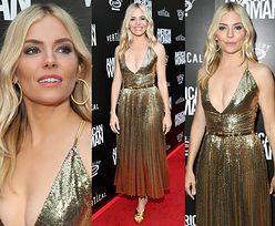 Sienna Miller pozuje na ściance w złotej sukience od Ralpha Laurena