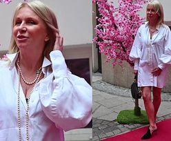 58-letnia Mariola Bojarska-Ferenc w sukience mini i butach z odkrytą piętą