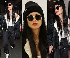 Czarno-biała Nicole Scherzinger wydyma czerwone usta na lotnisku w LA