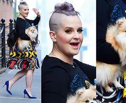 Kelly Osbourne z fioletowymi włosami i psem na rękach (ZDJĘCIA)