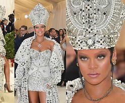 Rihanna przyszła na galę MET w... STROJU PAPIEŻA (ZDJĘCIA)