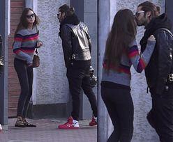 Radzimir Dębski całuje dziewczynę na ulicy