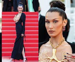 Cannes 2021. Bella Hadid paraduje po czerwonym dywanie w naszyjniku imitującym PŁUCA (ZDJĘCIA)