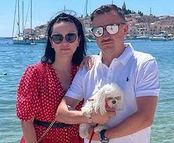 """Adam Małysz z żoną Izabelą relaksują się w portowym miasteczku. """"STARE BYKI I PIES"""" (ZDJĘCIA)"""