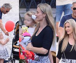 Joanna Krupa z córeczką, mężem i siostrą podbijają warszawską Starówkę! Asha-Leigh narobiła zamieszania z balonem (ZDJĘCIA)