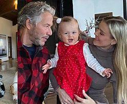 """Skromna Joanna Krupa pozuje z mężem i córeczką przy choince: """"Wesołych świąt"""""""