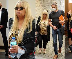 Maryla Rodowicz w towarzystwie syna przyjeżdża rozwodzić się z mężem w złotych pantofelkach i z porwaną torebką (ZDJĘCIA)