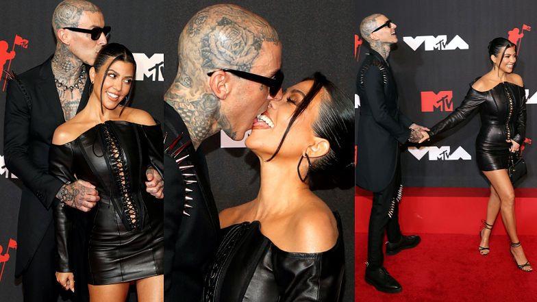 """MTV VMA. Zakochani Kourtney Kardashian i """"przyszły tatuś jej dzieci"""", Travis Barker STYKAJĄ SIĘ JĘZYKAMI na ściance (ZDJĘCIA)"""