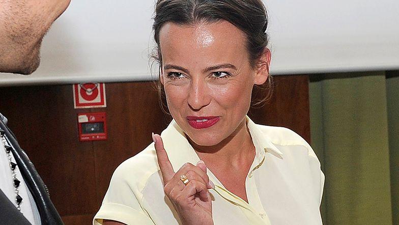 """Anna Mucha gra nogą w złotym kostiumie kąpielowym, opalając się nad basenem: """"Jak to mówią Francuzi..."""" (ZDJĘCIA)"""