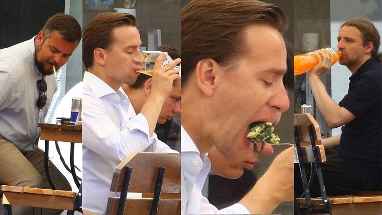 Krzysztof Bosak pije piwo i pochłania obiad w towarzystwie kolegów z Konfederacji