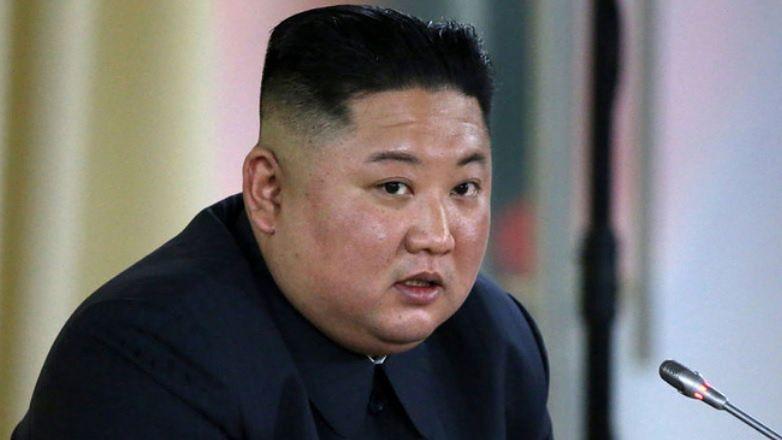 """Kim Dzong Un jest SPARALIŻOWANY? Były dyplomata ujawnia: """"Nie może sam wstać ani normalnie chodzić"""""""