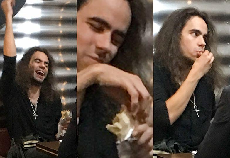 Uradowany syn Roberta Gawlińskiego delektuje się kebabem