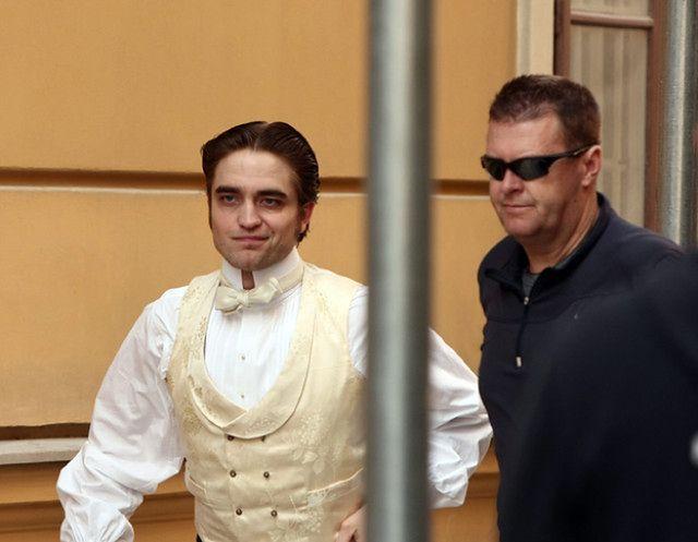Robert Pattinson w dziwnym stroju...