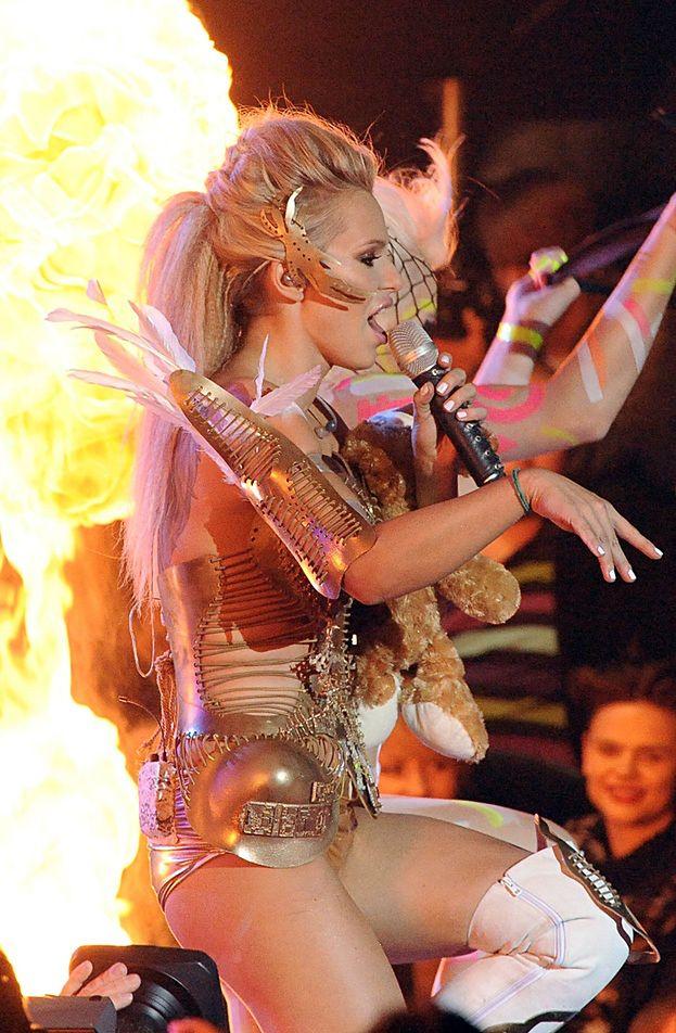 Doda podpali się na scenie!