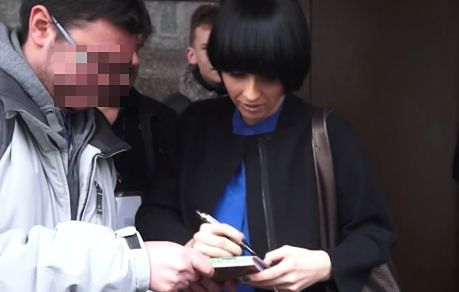 Okupnik rozdaje autografy pod studiem TVN!