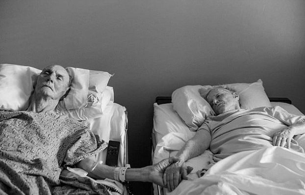 """Zmarli razem po 62 wspólnych latach... """"Trzymali się za ręce"""""""