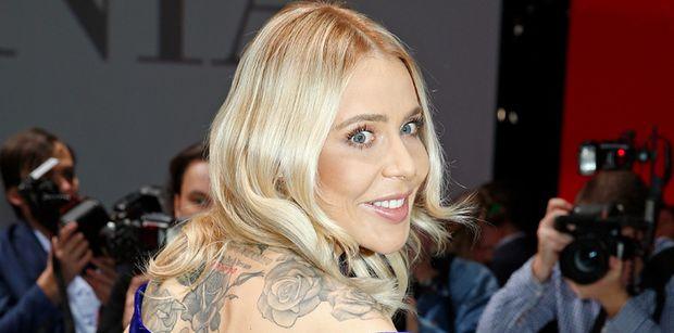 Ubrana JEDYNIE w tatuaże i rajstopy Maja Sablewska klęczy na krześle (FOTO)