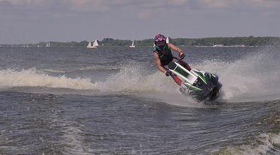 Stojące skutery wodne - nowa moda na polskich jeziorach. Jak ścigacz na wodę