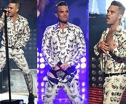Robbie Williams wkłada rękę w majtki na koncercie… (ZDJĘCIA)