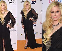 Dawno niewidziana Avril Lavigne w postarzającej sukience