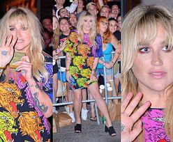 Speszona Kesha wita się z fanami na premierze filmu
