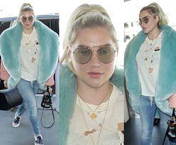 Zaspana Kesha przybywa na lotnisko w starmoszonym t-shircie