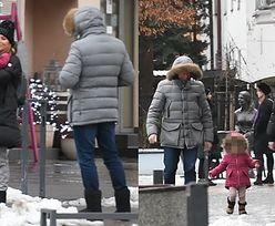 Sykut-Jeżyna na zimowym spacerze z mężem i córką