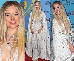 Dostojna Avril Lavigne pozuje w kreacji z dekoltem do pępka