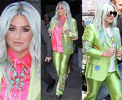 Kesha w błyszczącym, limonkowym garniturze