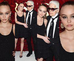 """18-letnia Lily-Rose Depp nerwowo ściska rękę """"mentora"""" na ściance (ZDJĘCIA)"""