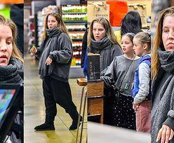 Naturalna Lisa Marie Presley w towarzystwie córek uzupełnia zapasy w sklepie w Los Angeles (ZDJĘCIA)
